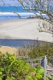 Treden aan een tropisch strand Stock Afbeeldingen