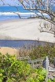 Treden aan een tropisch strand Stock Afbeelding
