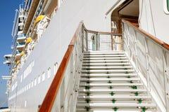 Treden aan het schip van de passagierscruise Stock Foto