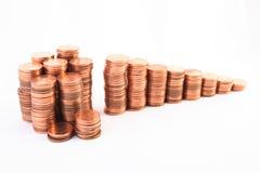 Treden aan rijkdom, die van kolommen van muntstukken wordt gemaakt Stock Afbeeldingen