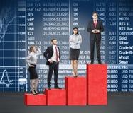 Treden als reusachtige rode grafiek De bedrijfsmensen bevinden zich op elke stap als concept collectieve ladder in financiële mar royalty-vrije stock foto's
