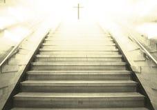 Treden die aan het kruis leiden stock foto's