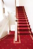 Treden die met rood tapijt worden behandeld Stock Foto's
