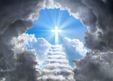 Treden die tot Kruis van Licht op Eind van Tunnel leiden Stock Afbeelding