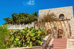 Treden die tot typisch Grieks huis op één van het Griekse Eiland leiden stock afbeelding