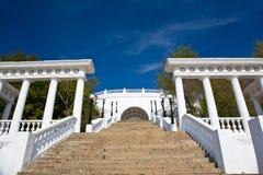 Treden en colonnade in Orenburg. stock fotografie