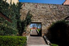 Treden en muur in Kaptol in Zagreb worden gevestigd dat royalty-vrije stock afbeeldingen