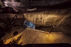 Treden en wegen aan duisternis De donkere stegen van oude Valletta malta royalty-vrije stock afbeelding
