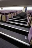 Treden en zetels in het auditorium stock foto's