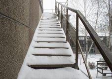 Treden met sneeuw worden behandeld die Royalty-vrije Stock Foto