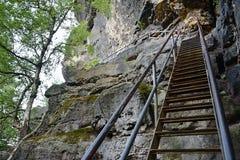 Treden met traliewerk die tot bovenkant van kasteel Zirkelstein in Saksisch Zwitserland in schaduw tijdens de zomerzonsondergang  royalty-vrije stock foto's