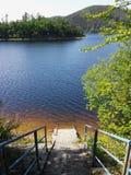 Treden op het meer met schone water en bergmeningen, nad Vltavou, Tsjechische Republiek, Zuid-Bohemen van Vodni nadrz Orlik Royalty-vrije Stock Foto's