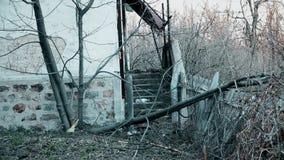 Treden op het verlaten oude huis in de berg stock video