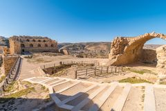 Treden op Kerak-kasteelbinnenplaats, al-Karak, Jordanië stock foto