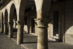 Treden, restaurantlijsten en arcades in de stad van Trujillo, Spanje, stock foto