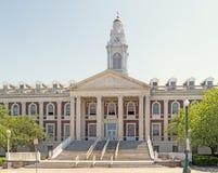 Treden van de stadhuis de hoofdingang stock afbeelding
