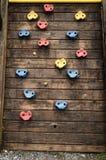 Treden van verschillende kleuren op een houten plank, houten ladder van een pool van kinderen mooie speelgoedachtergrond stock foto's