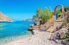 Treden van zandig strand op het eiland Kalymnos van Griekenland stock fotografie