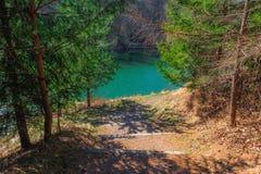 Tredenweg aan de kant van meer ergens in Polen Stock Foto's