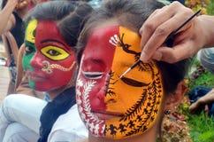 Treditional Indische het schilderen ontwerpen op Gezicht stock foto's