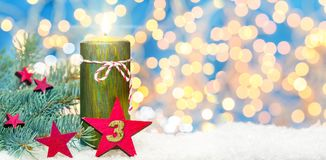 Tredje advent, adventgarnering, stearinljus och stjärna i snön Royaltyfri Fotografi