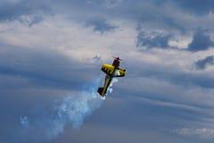 Tredje AirFestival på det Chaika flygfältet Nivån är snabbt klipsk i höjdpunkt, och lämna bak den putsar ett långt av rök Arkivbild