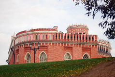 Tredje kavalleribyggnad, Tsaritsyno park, Moscow. Arkivfoton