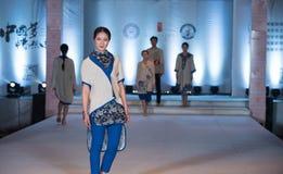 Tredje serie av den Ya kläder-mode showen Royaltyfri Foto