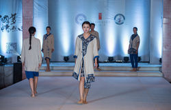 Tredje serie av den Ya kläder-mode showen Arkivbild