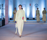 Tredje serie av den Ya kläder-mode showen Royaltyfri Fotografi
