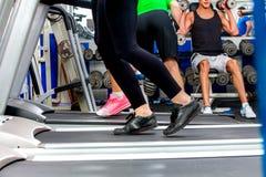 Tredmolen en groep benen die de sportgymnastiek in werking stellen van groepsmensen royalty-vrije stock foto's