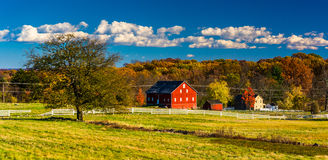 Tree and barn on the battlefield at Gettysburg, Pennsylvania. Royalty Free Stock Image