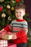 tree för present för holding för pojkejul främre Royaltyfri Foto