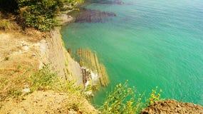 treed峭壁的美好的风景在黑海的天蓝色的水的旁边自在阳光下的白天 Tuapse,俄罗斯 库存图片