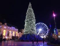夜视图圣诞节装饰和圣诞节treee在地方de 免版税库存图片
