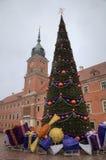 Treen för det nya året på den gammala townen kvadrerar nära kungligt slott. Warsaw Royaltyfri Bild