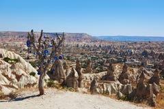 Treen och ondskan eye amuletten i Cappadocia Turkiet arkivbilder