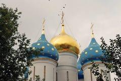 Treenighet Sergius Lavra i Ryssland AntagandeDormition domkyrka Royaltyfri Fotografi