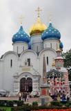 Treenighet Sergius Lavra i Ryssland Dormition (antagande) kyrka Fotografering för Bildbyråer