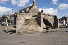 Treenighetbro, för stenbåge för 14th århundrade trevägsbro, Crowla Royaltyfri Fotografi