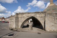 Treenighetbro, för stenbåge för 14th århundrade trevägsbro, Crowla Arkivfoto
