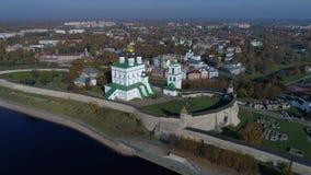 Treenighetdomkyrka i den Pskov Kreml, solig Oktober dag Pskov Ryssland antennvideo stock video