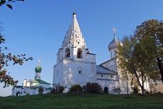Treenighetdomkyrka och belltower Sakralt och Troitsk Danilov kloster i staden av Pereslavl-Zalessky Yaroslavl region Royaltyfri Fotografi