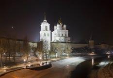 Treenighetdomkyrka och klockatorn på en Februari natt kremlin pskov Fotografering för Bildbyråer
