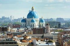 Treenighetdomkyrka, St Petersburg Sikt från kolonnaden av Arkivfoto