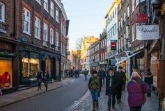 Treenighetgatan med lotter av shoppar och kaféer Arkivbilder