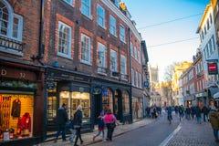 Treenighetgatan med lotter av shoppar och kaféer Royaltyfri Foto