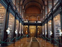 Treenighethögskola inom bibliotecaen Dublino dublin oktober för arkivbokfolk inom Arkivbild