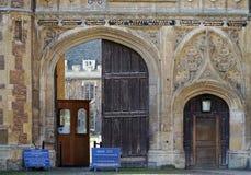 Treenighethögskolaport, Cambridge, England Royaltyfria Bilder