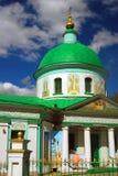 Treenighetkyrka i Vorobyoven, Moskva Arkivfoto